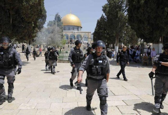 قوات الاحتلال تحاصر البلدة القديمة وتنشر عدة حواجز في أحيائها