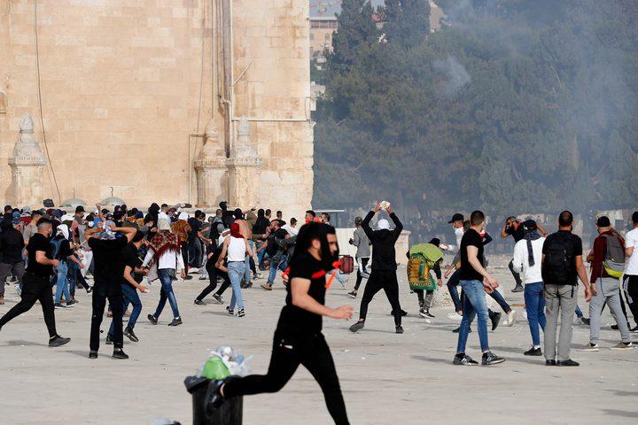 بحجارتهم يواجه المرابطون في الأقصى قنابل الإحتلال وأسلحته. الصور لوكالة (أ ف ب)