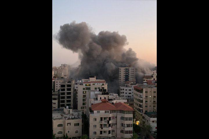 """طائرات الاحتلال تدمر برج """"هنادي"""" غرب مدينة غزة"""