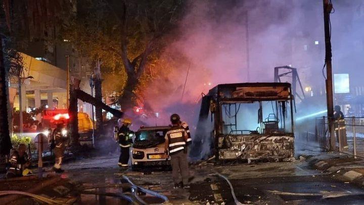 """إصابات وتضرر باص في """"تل أبيب"""" بعد إطلاق صواريخ المقاومة"""