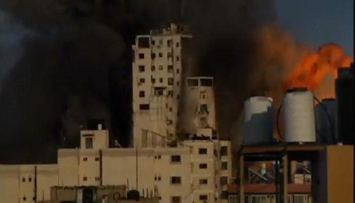طائرات الاحتلال الحربية تقصف برج الشروق في وسط مدينة غزة