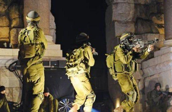 قوات الاحتلال تعتقل 7 مواطنين من محافظة نابلس فجر اليوم