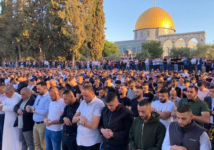 100 ألف مصلٍ يؤدون صلاة العيد بالأقصى رغم إجراءات الاحتلال