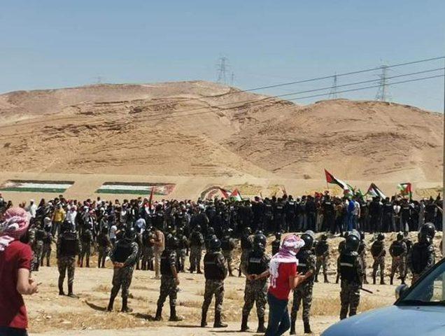مظاهرة حاشدة على الحدود الأردنية الفلسطينية نصرة للقدس وغزة