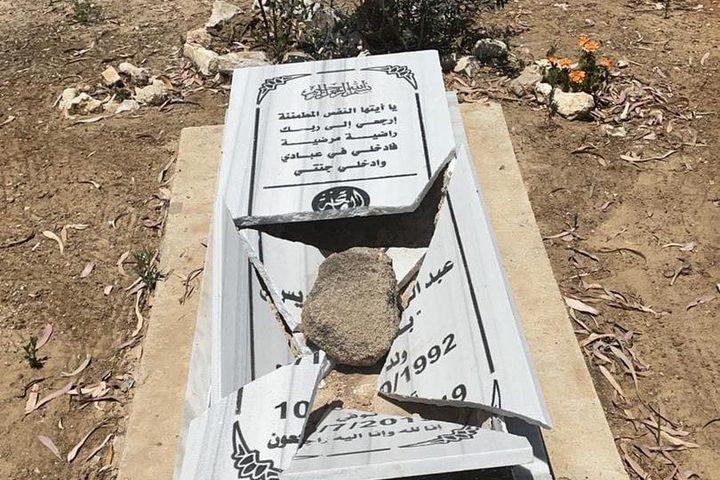 آثار اعتداءات المستوطنين على قبور المسلمين في مدينة اللد