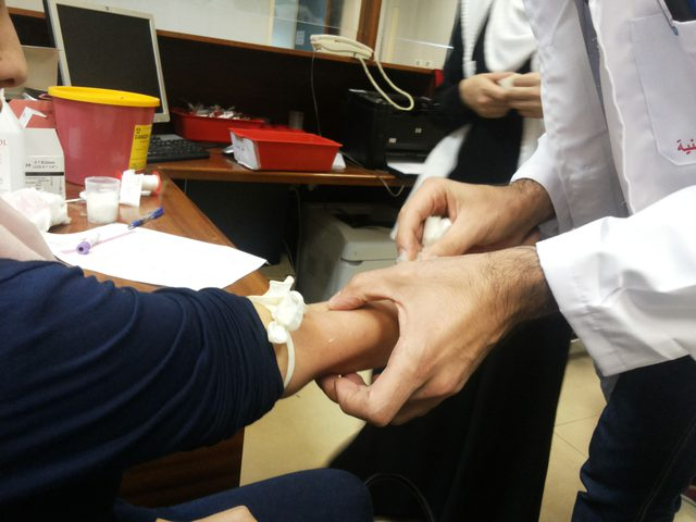 المواطنون يتبرعون بالدم للجرحى في مستشفى رفيديا الحكومي بنابلس