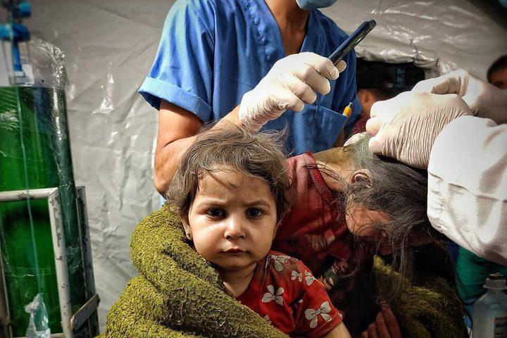 أطفال يتلقون العلاج بعد نجاتهم من غارة جوية إسرائيلية طالت منزلهم وهم نيام وسط محافظة رفح جنوبي قطاع غزة الليلة الماضية.. والتي ارتقى خلالها 6 بينهم ثلاثة نساء وطفلين