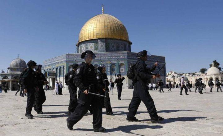 الاحتلال يعتدي على المصلين في المسجد الأقصى