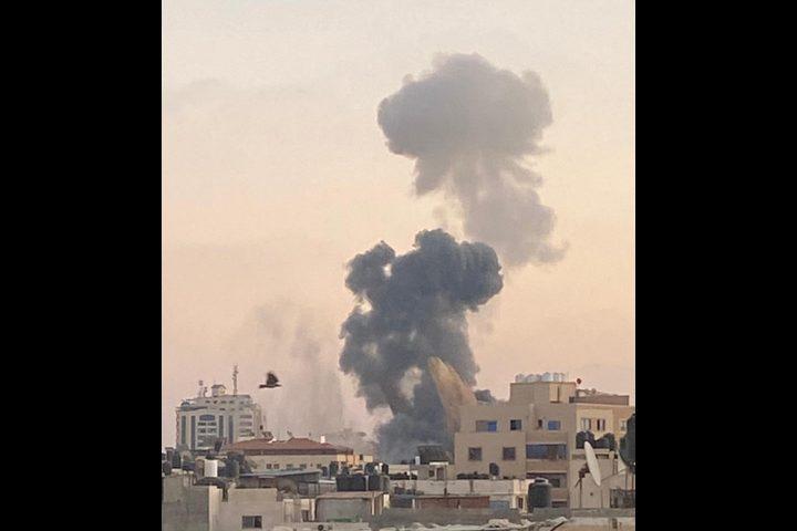 قوات الاحتلال تقصف مجمع أنصار غرب مدينة غزة بالصواريخ