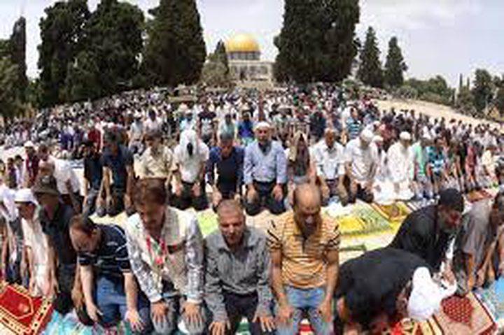 الأف المصلين يؤدون صلاة الجمعة في المسجد الأقصى