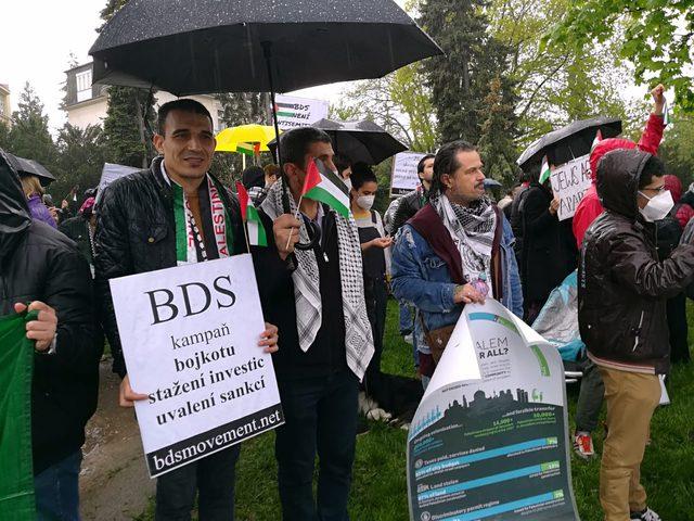 وقفة احتجاجية أمام السفارة الإسرائيلية في العاصمة التشيكية براغ