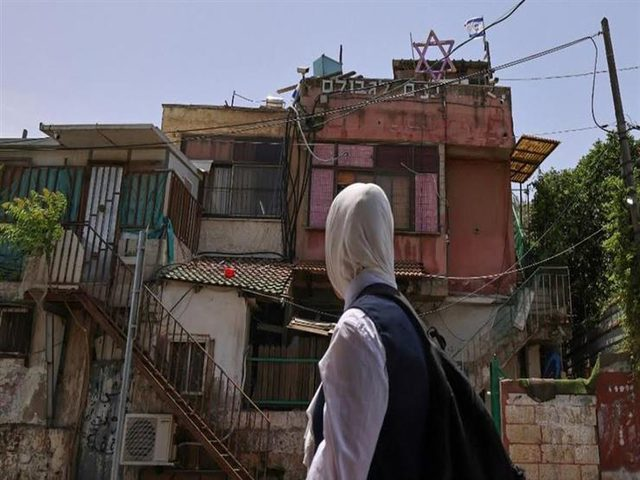 مستوطنون يقتحمون حي الشيخ جراح ويهددون المتضامنين