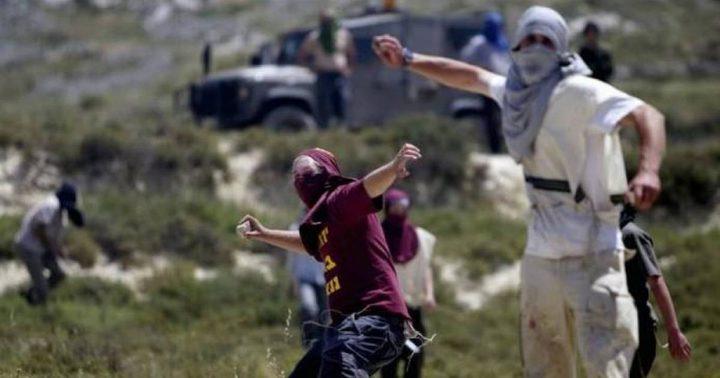 مستوطنون يرشقون مركبات المواطنين بالحجارة قرب اللبن الشرقية