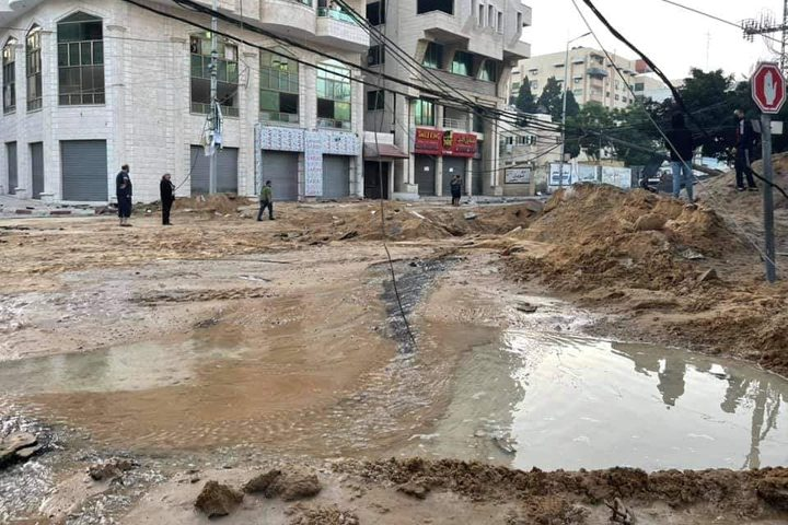 آثار الدمار الذي خلفته غارات الاحتلال في شارعي الوحدة والثورة، ومحيط ملعب فلسطين وسط مدينة غزة فجر اليوم.