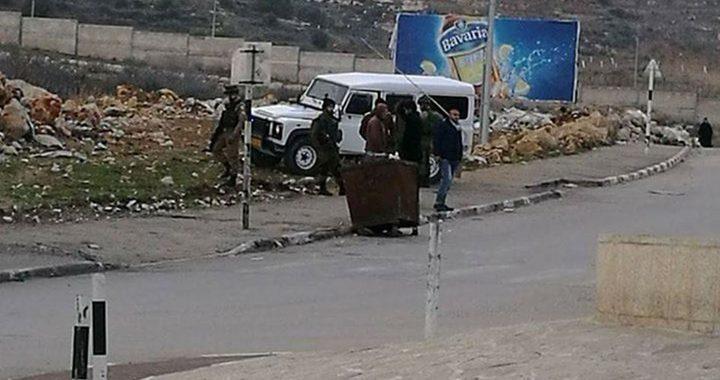 مستوطنون يعتدودن على مركبات المواطنين عند مدخل البيرة الشمالي
