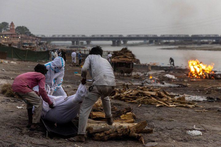 هنود يلقون جثث ضحايا كورونا في الأنهار خوفا من المرض