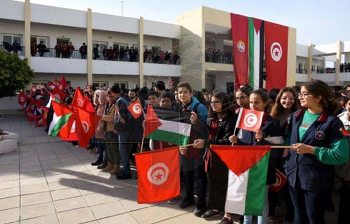 طلبة تونسيون يحيّون العلم الفلسطيني قبل دخول مدارسهم