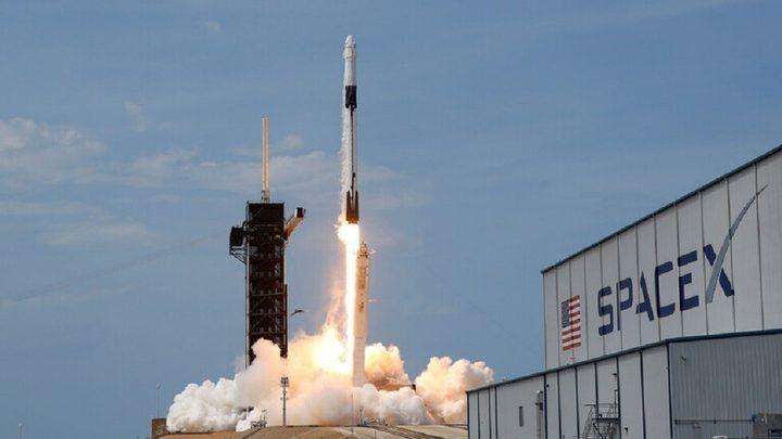 سبيس إكس تطلق صاروخ نقل يحمل 54 قمرا صناعيا