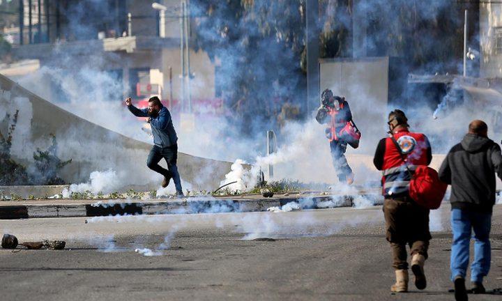 إصابات بالاختناق خلال مواجهات مع الاحتلال في عدة مناطق بالخليل