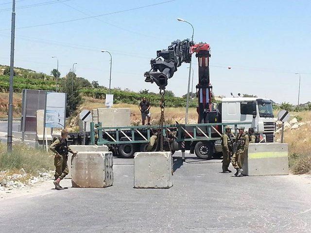 الاحتلال يغلق مدخل سلواد الرئيسي بالمكعبات الاسمنتية