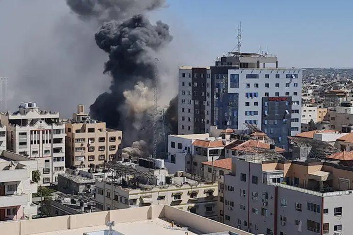 3 شهداء جراء قصف الاحتلال منزلا في مدينة دير البلح