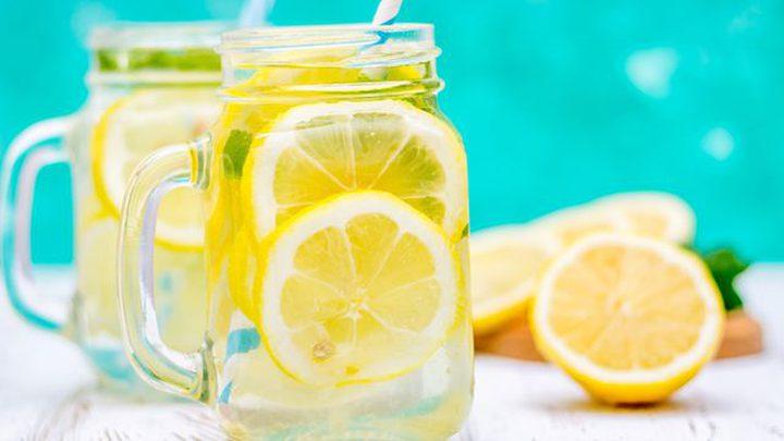 أضرار وضع شرائح من الليمون الحامض في الماء وشربه