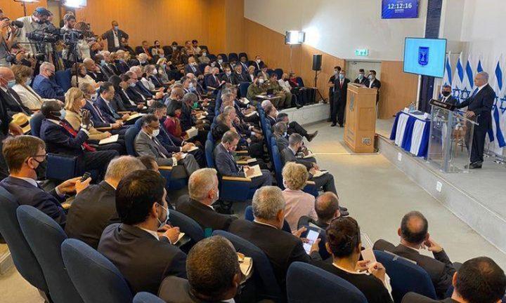 نتنياهو يجتمع بعشرات الدبلوماسيين لتزوير حقيقة العدوان على غزة