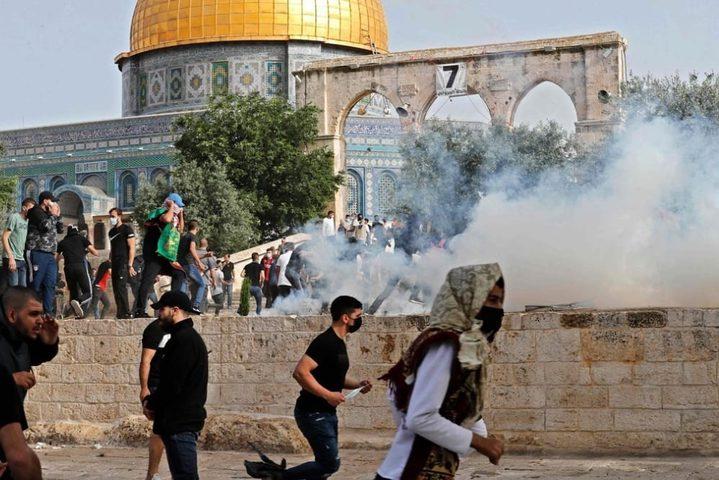 شرطة الاحتلال تقتحم ساحات المسجد الأقصى وتقمع المصلين