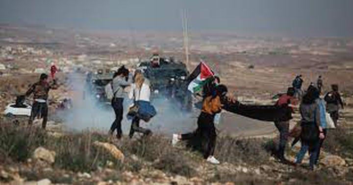 الاحتلال يطلق قنابل الغاز تجاه المسيرة التي وصلت مدخل الخليل