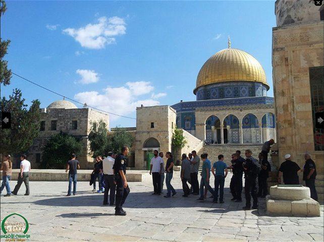 قوات الاحتلال تقتحم الأقصى و تعتدي على المصلين فيه