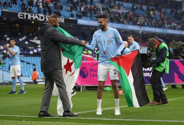 الجزائري رياض محرز يرفع علم فلسطين باحتفالات الدوري الإنجليزي