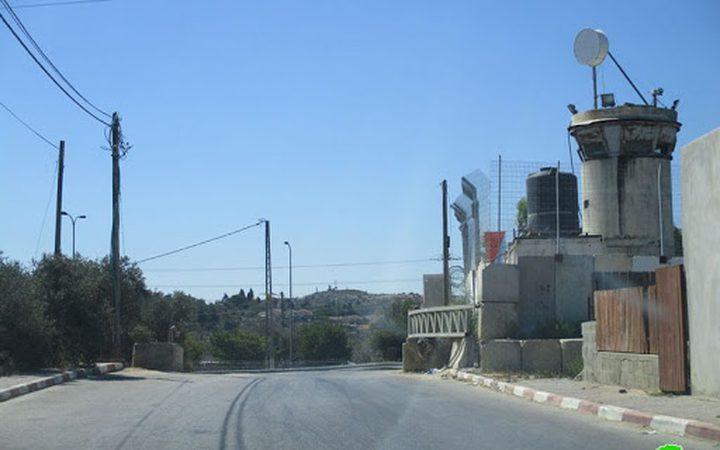 قوات الاحتلال تنصب بوابة حديدية على الطريق العام لقرى سلفيت