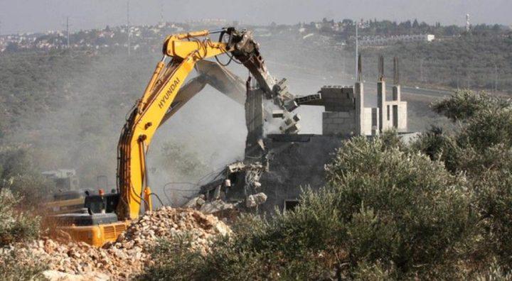 الاحتلال يخطر بهدم ثلاث منشآت في دير شرف