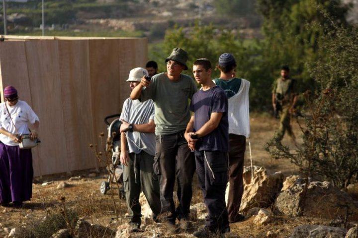 مستوطنون يعتدون على منازل المواطنين في الخليل