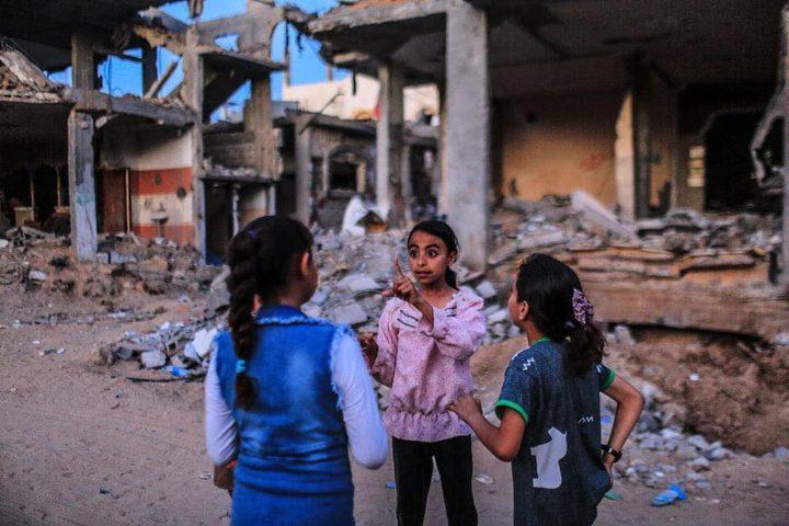 أطفال يلعبون بين ركام منازلهم في بيت حانون