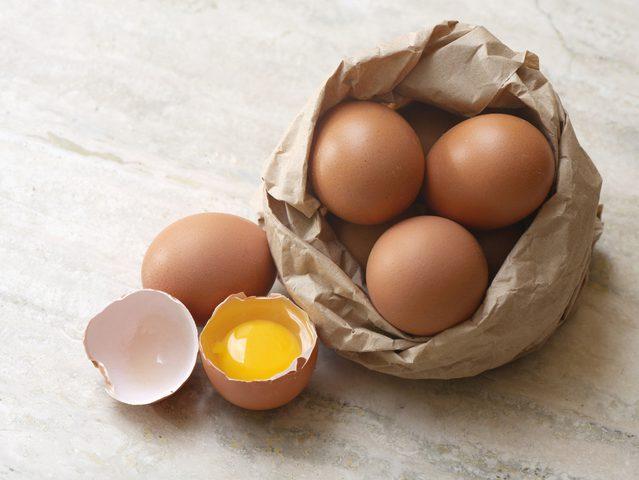 منها البيض.. أبرز الأطعمة التي لا يجب تناولها نيئة