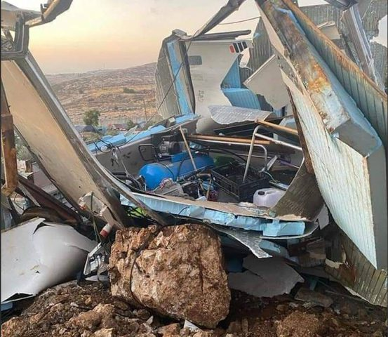 الاحتلال يهدم منشآت تجارية في حزما شمال شرق القدس