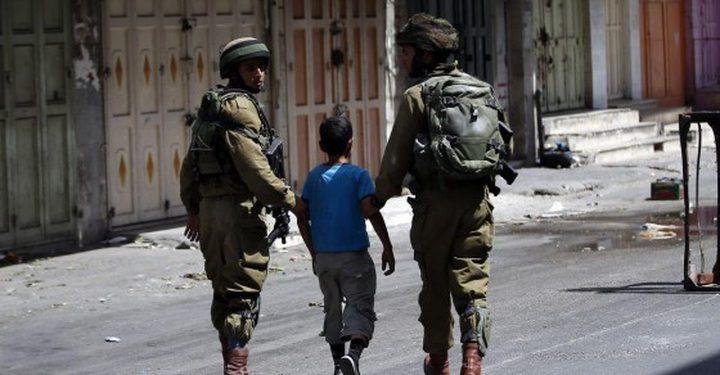 الخليل: الاحتلال يحتجز طفلا ويحقق معه أثناء عودته من المدرسة