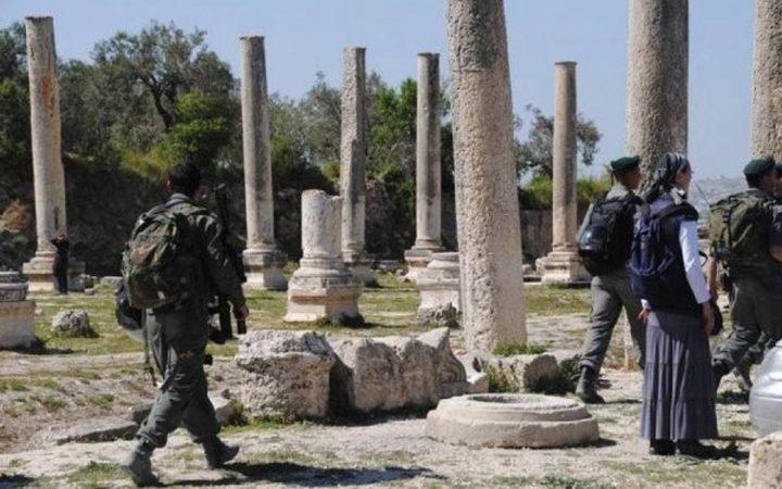 مستوطنون يقتحمون الموقع الأثري في سبسطية وإغلاقه أمام المواطنين