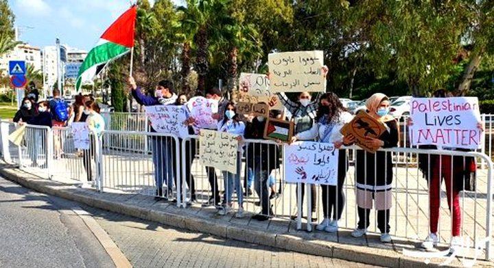 وقفتان احتجاجيتان في عكا وطمرة تنديدا بحملة الاعتقالات