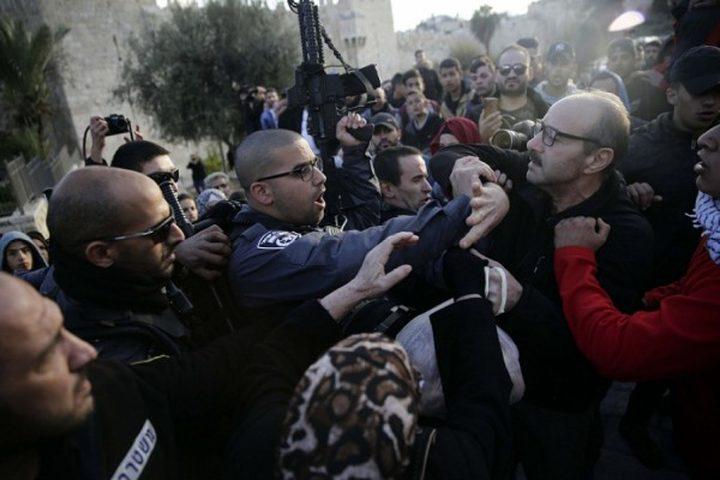 الاحتلال يقمع وقفة منددة بتهجير عائلة الشهيد عمر القاسم