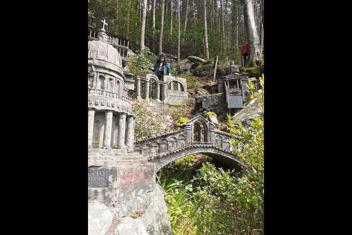 اكتشاف قرية نموذجية مصغرة مخبأة في غابة بويلز