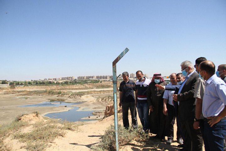 غنيم يتفقد الأضرار التي لحقت بقطاع المياه جراء العدوان على غزة