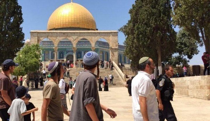 مستوطنون يقتحمون باحات المسجد الأقصى بحماية من شرطة الاحتلال