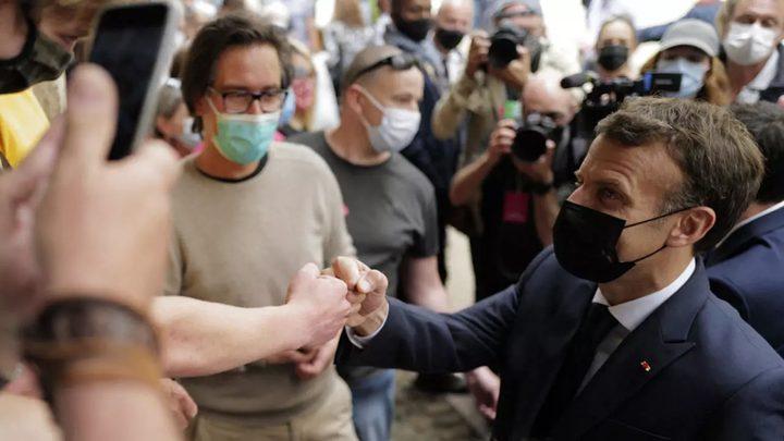 بالفيديو.. رجل يصفع الرئيس الفرنسي على وجهه