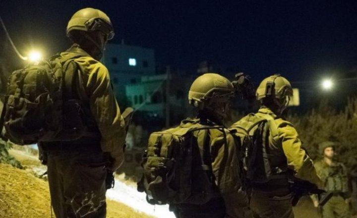 قوات الاحتلال تستولي على أموال ومستندات من محل للصرافة بالخليل