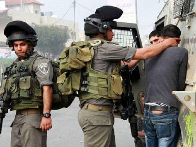 قوات الاحتلال تعتقل مواطنين من الخليل