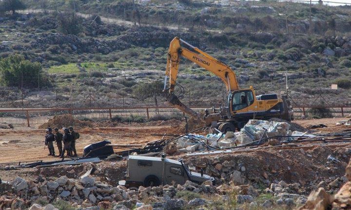 الاحتلال ينصب خيمة ويواصل شق طريق عسكرية قرب مدخل حزما
