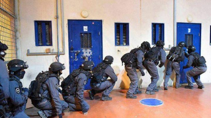 """قوات القمع تقتحم قسم (12) في سجن """"عوفر"""""""