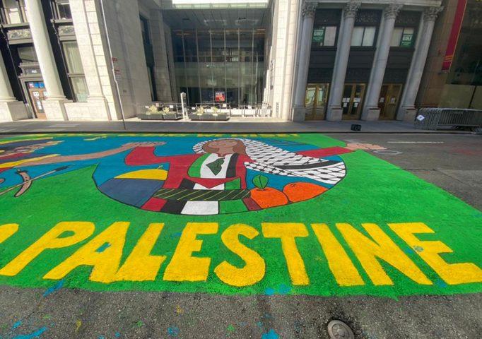 لوحة فنية تضامنية مع شعبنا أمام قنصلية الاحتلال
